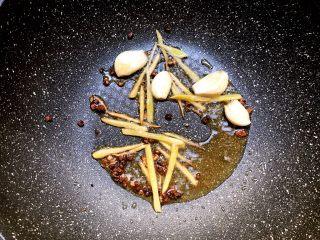 香辣带鱼,锅里剩底油,放入姜丝、蒜瓣、花椒爆香