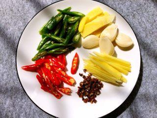 香辣带鱼,青辣椒小米辣椒切小段,蒜头去皮拍扁,生姜去皮,一半切块一半切丝,花椒洗干净待用
