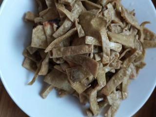 砂锅菠菜烧豆腐皮,可以入盘备用