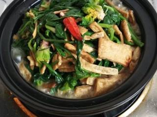 砂锅菠菜烧豆腐皮,加入盐加入生抽加入适量的高汤大火烧开