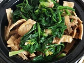 砂锅菠菜烧豆腐皮,捞出淋水加入砂锅内
