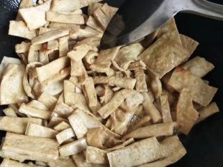 砂锅菠菜烧豆腐皮,两面都要煎到金黄