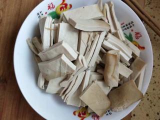 砂锅菠菜烧豆腐皮,切成适合的块