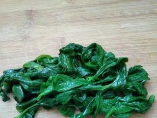 菠菜南瓜双色蝴蝶花卷,新鲜的菠菜用开水焯烫