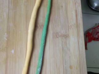 菠菜南瓜双色蝴蝶花卷,分别取适量的黄色和绿色面团,搓成长条