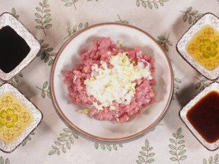 清·油煎肉三角,猪里脊肉切为绿豆大小的碎丁