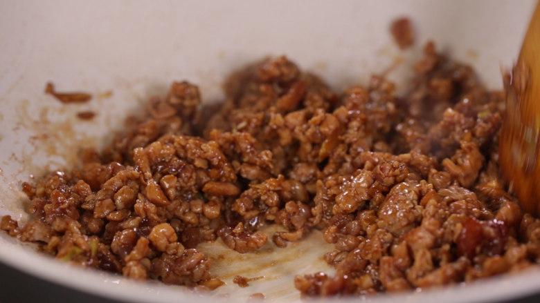 清·油煎肉三角,腌制片刻下锅煸熟
