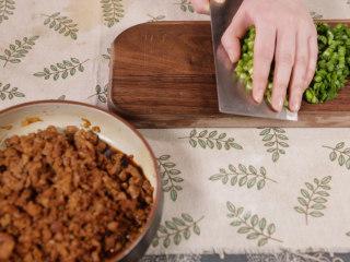 清·油煎肉三角,将鲜韭菜切碎