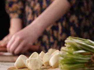 清·油煎肉三角,饧好的面团切成剂子,擀为薄厚均匀的面皮