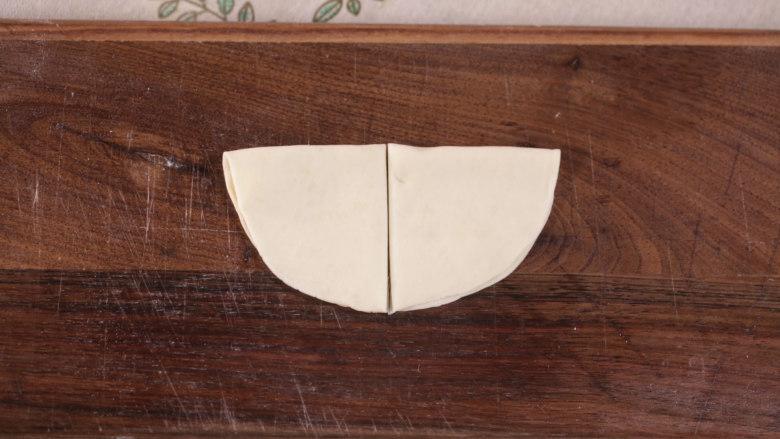 清·油煎肉三角,对折后中间一切两半