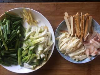 咸肉香干炒青蒜,所有食材准备就绪;