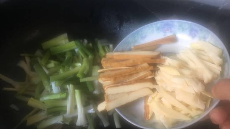咸肉香干炒青蒜,加入香干丝和春笋丝;
