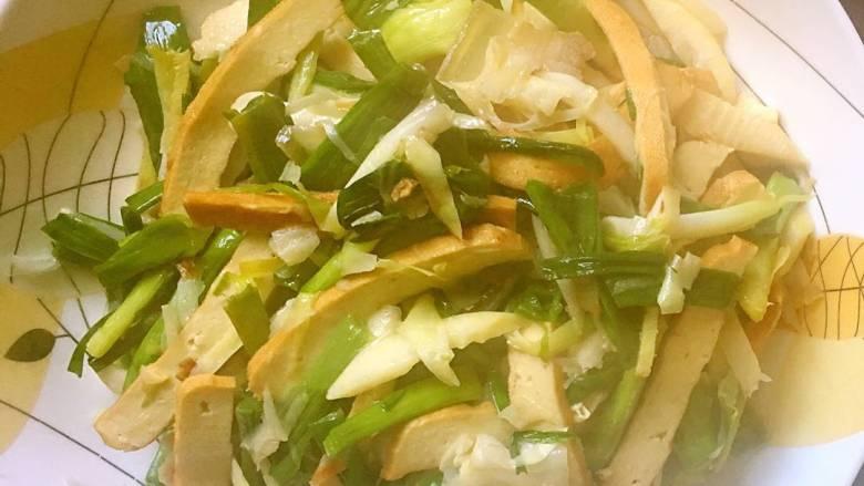 咸肉香干炒青蒜,最后再翻炒几下就可以出锅装盘了。