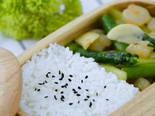 春天来了,我们必须来一份经典又快手的菜——芦笋炒虾仁,出锅,是不是看起来很有食欲呢,哈哈!