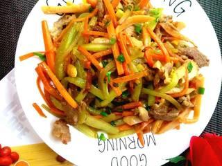 幼儿菜谱——混炒四丝(胡萝卜丝、肉丝、黄瓜丝、香肠丝)