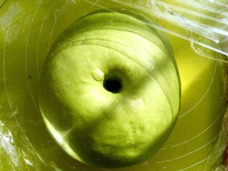 麻薯抹茶软欧,发酵好的面团手指按下去有个圆圆的洞,不回弹