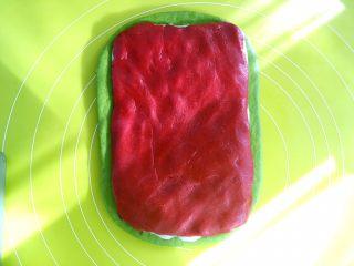 麻薯抹茶软欧,取一半甜菜根香芋馅,用同样的方法擀成长方形,裁掉保鲜袋,将甜菜根香芋馅铺在麻薯上,用手按压一下,将三份材料压实