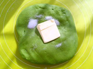 麻薯抹茶软欧,加入盐跟软化的黄油,继续推揉均匀