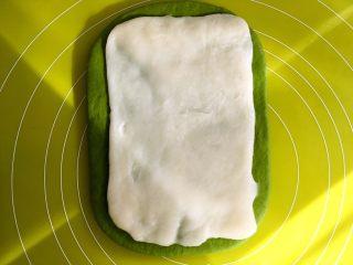 麻薯抹茶软欧,之后一点点取下保鲜袋,将麻薯面片放在抹茶面团中间
