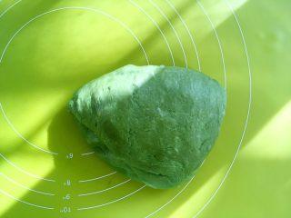 麻薯抹茶软欧,将面团取出,按压排气