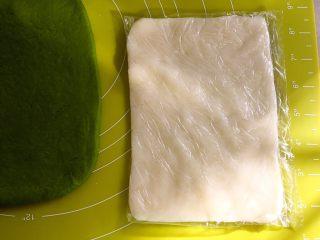 麻薯抹茶软欧,在保鲜袋内擀成比抹茶面团小一点的长方形