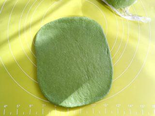 麻薯抹茶软欧,取一份松弛好的面团,尽量擀成长方形