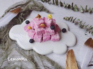 火龙果牛奶椰蓉小方,插上可爱的水果签,宝宝很喜欢喔