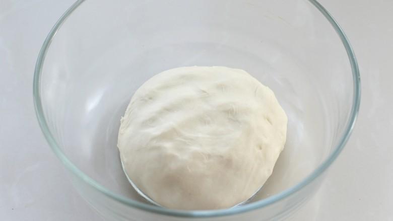 韭菜盒子,将面粉放入容器中,边倒入热水边用筷子搅拌成棉絮状,再用手揉成光滑的软面团,盖上保鲜膜静置15分钟,让面团彻底松弛