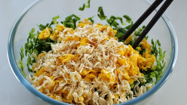 韭菜盒子,再放入炒好的鸡蛋和虾皮