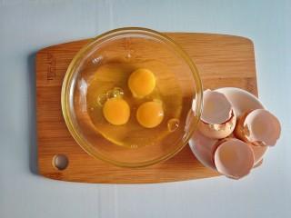 春季补钙食谱-虾皮火腿饼,三枚鸡蛋磕开