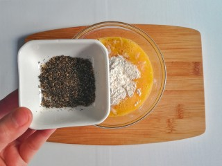 春季补钙食谱-虾皮火腿饼,加入牡蛎粉搅拌均匀成无干面粉状态