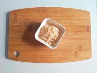 春季补钙食谱-虾皮火腿饼,虾皮浸泡后沥干水分