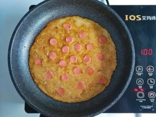 春季补钙食谱-虾皮火腿饼,没有凝固的时候,摆上火腿,记得要小火,否则很快就凝固了,用的电陶炉最小火