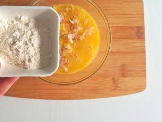 春季补钙食谱-虾皮火腿饼,加入面粉