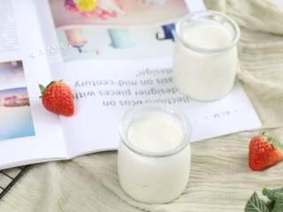 自制酸奶,宝宝从7个月开始就可以吃自制酸奶,但是市售的酸奶过甜过香不建议宝宝这么早吃。还有酸奶做好后,每天都会有菌在死亡,大部分市售酸奶保质期21天,快到保质期的酸奶菌基本都死光光了,自己做可以喝到最多菌群的酸奶。