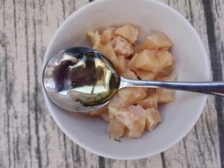 最好吃的宫保鸡丁(超详细步骤),腌一下,先放一勺料酒