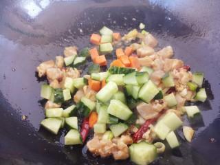 最好吃的宫保鸡丁(超详细步骤),放黄瓜和胡萝卜炒