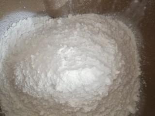 蛋黄豆沙能量小餐包,称好湿的材料,接着就放干的材料。把高粉,低粉称好一起放进去。各个面粉的吸水性不同,所以牛奶要预留一部份出来。