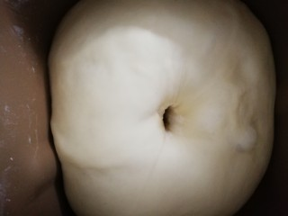 蛋黄豆沙能量小餐包,面团室温发酵一个小时,食指沾粉插进去,洞口不回缩不塌陷就是发好了。