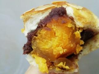 蛋黄豆沙能量小餐包,我特喜欢吃蛋黄,真的特柔软,特好吃。