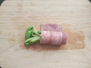 黑豆芽培根卷,培根卷起豆芽,剩下一小边。
