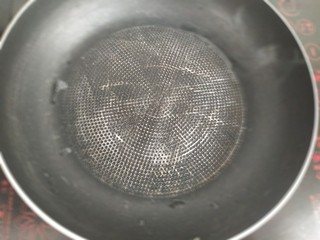黑豆芽培根卷,热不粘锅(可以用饼铛)。