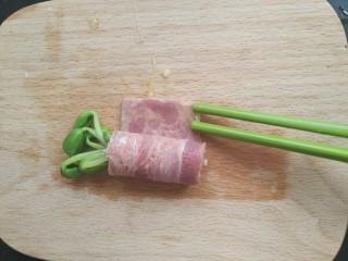 黑豆芽培根卷,筷子(也可以用刷子)沾一点蛋液,在培根剩的边缘处。