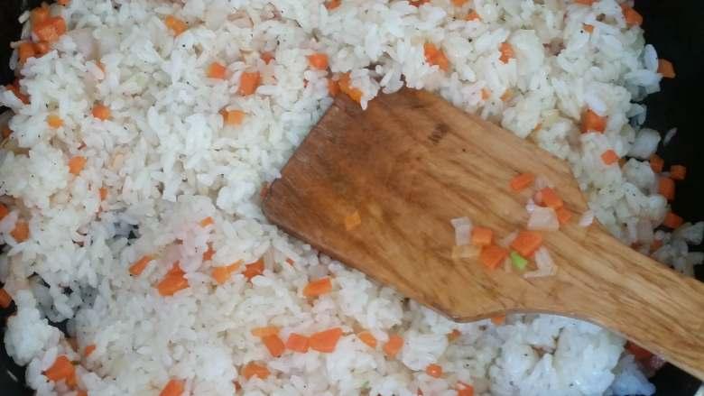 虾仁炒饭,用铲子边压边炒,将米饭炒散。