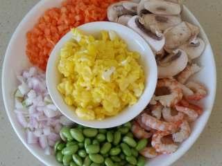 虾仁炒饭,盛出备用。