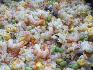 虾仁炒饭,因为这三样食材都是熟的,炒匀即可。