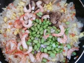 虾仁炒饭,最后倒入口蘑,青豆和熟虾仁。