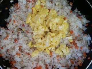 虾仁炒饭,倒入鸡蛋碎。