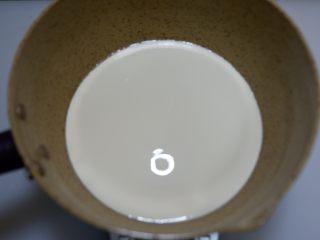 百香果奶冻,淡奶油倒入小锅中