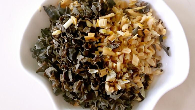 酸辣豆腐汤,泡发好的木耳和黄花菜切碎